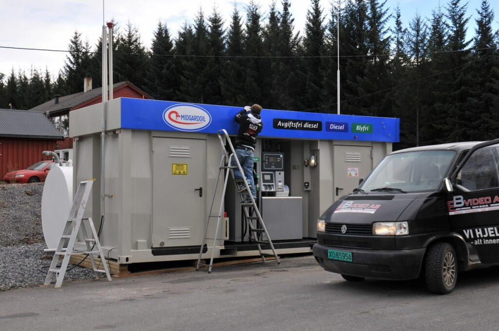 Montering av fasadeskilt på selvbetjeningsstasjon