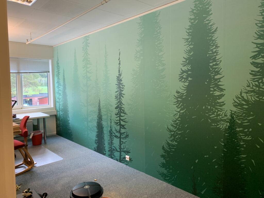Tapet med skogsmotiv i grønt