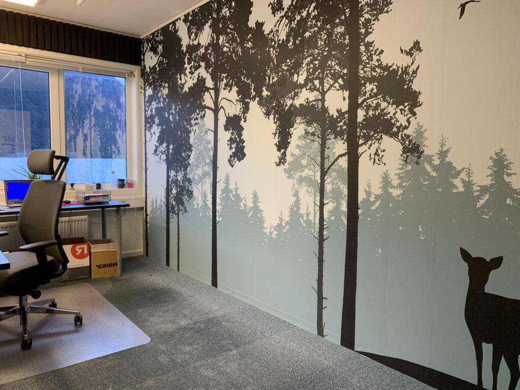 Tapet med skogsmotiv i rolige farger
