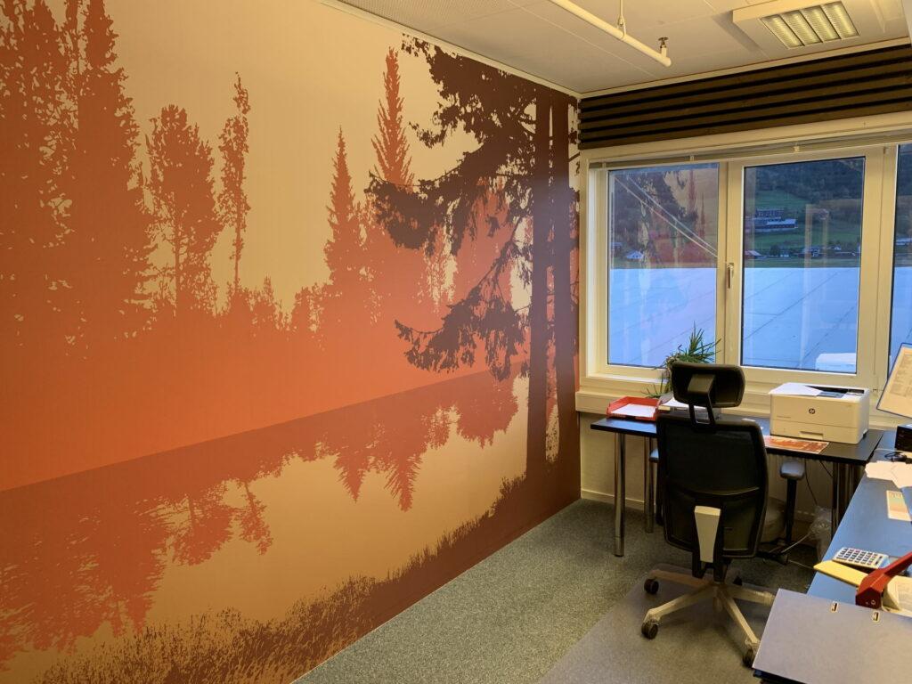 Tapetvegg med skogsmotiv i livlige farger